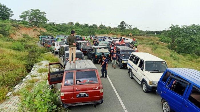 Komunitas Pecinta Mobil Kijang Super dan Grand (KPMKSG) merayakan anniversary pertama di Pantai Taipa, Kecamatan Palu Utara, Kota Palu, Sulawesi Tengah.