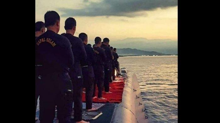 Foto yang diklaim awak Nanggala 402 saat sedang salat berjamaan di atas geladang kapal. Kapal selam tersebut kini sudah 3 hari hilang kontak, diduga karena black out.