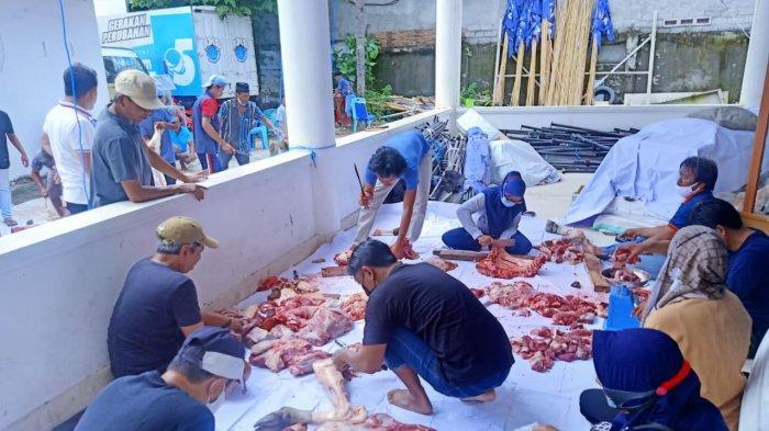 Dewan Pimpinan Wilayah (DPW) Partai Nasdem Sulawesi Tengah menggelar penyembelihan Hewan Kurban di kantor DPW Partai Nasdem Sulteng, Jl Chairil Anwar, nomor 19 A Palu, Rabu (21/7/2021).