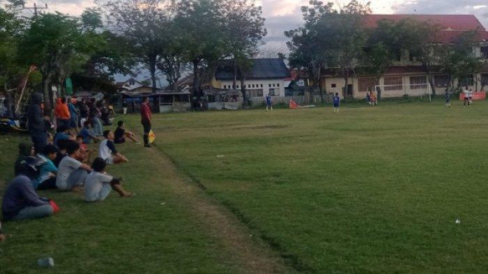 Warga Talise dan Sekitarnya Rutin Nonton Sepakbola Jelang Berbuka Puasa
