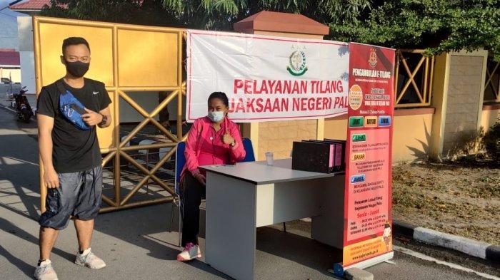 Kejari Palu membuka layanan Tilang di Kawasan Car Free Day (CFD) Jl Moh Yamin, Kecamatan Palu Selatan,  Kota Palu, Minggu (6/6/2021).