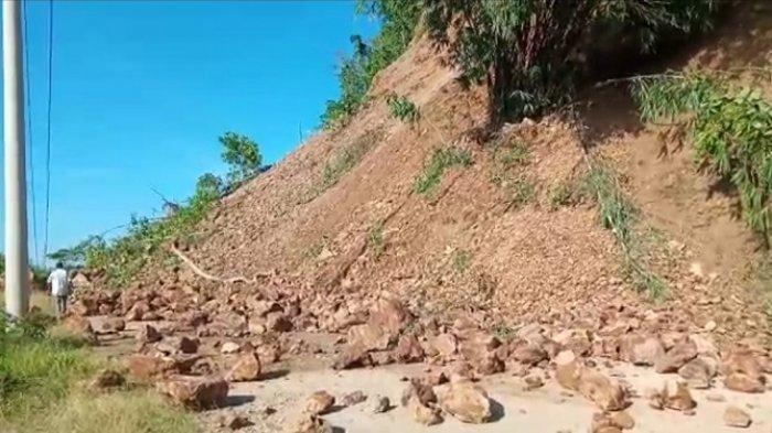 Longsor Tutup Jalan di Desa Walandano, Warga Terisolir