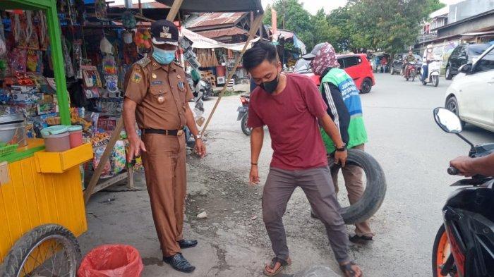 Lurah Lolu Selatan Tegur PKL Jualan di Atas Drainase karena Bahayakan Pengendara
