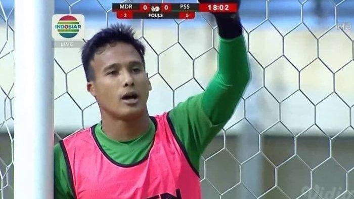 Kiper Madura United Tertangkap Kamera Pakai Rompi Latihan di Laga Piala Menpora 2021, Kenapa Bisa?