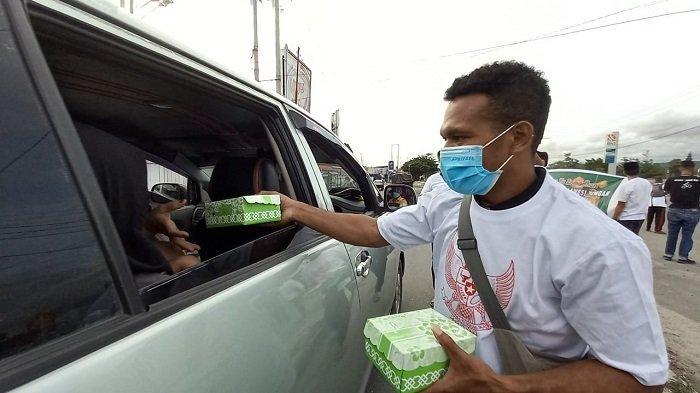 Toleransi Jelang Idulfitri 2021, Mahasiswa asal Papua Berbagi Makanan Buka Puasa di Kota Palu