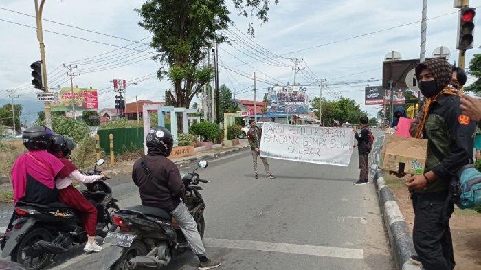 Mahasiswa Untad Galang Dana di Jalan untuk Korban Gempa di Sulbar