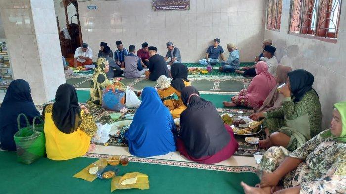 Jamaah Masjid Jami Al-Istigfar Jl RE Martadinata, Kelurahan Tondo Kecamatan Mantikulore, Kota Palu, Sulawesi Tengah, makan bersama usai Salat Id, Kamis (13/5/2021).