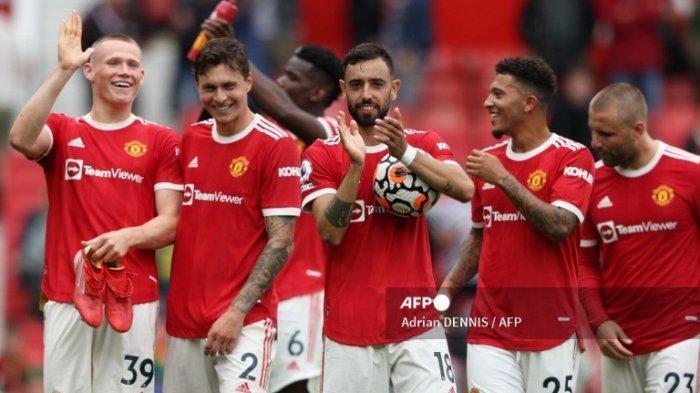 Gelandang Manchester United asal Portugal Bruno Fernandes (tengah) memegang bola pertandingan usai cetak hattrick di laga Liga Premier Inggris antara Manchester United dan Leeds United di Old Trafford pada 14 Agustus 2021 .
