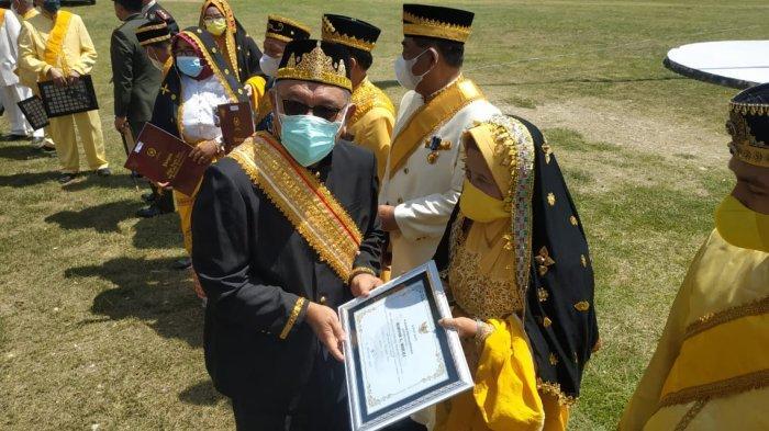 Maryam Galu Mailili usai menerima penghargaan sebagai Pelestari Budaya Buol di Lapangan Upacara Kantor Bupati Buol Jl Batalipu, Kelurahan Leok, Kecamatan Biau, Selasa (12/10/2021).