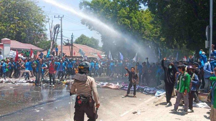 Aksi Demo di Palu Ricuh, Akses ke Gedung DPR Provinsi Sulteng Dibuka Dengan Lemparan Batu