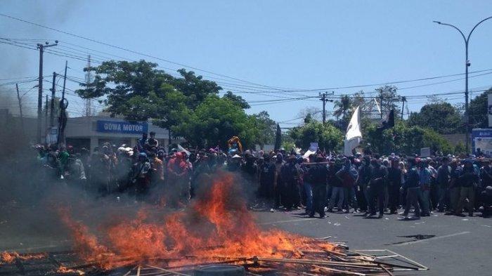 Demo Mahasiswa, Karangan Bunga Pelantikan DPRD Sulsel Dibakar