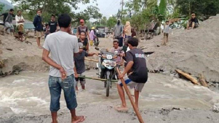 Pasca Banjir, Jembatan di Dusun I Desa Rogo Sigi Tak Dapat Dilintasi Kendaraan Roda Empat
