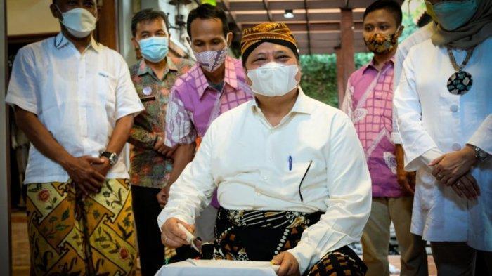 Menko Airlangga lakukan kunjungannya ke pelaku usaha batik di Kota Pekalongan, Kamis (16/09)
