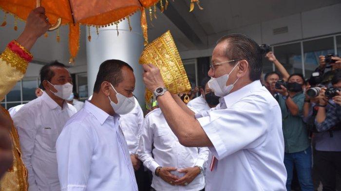 Menteri Bahlil Lahadalia Tiba di Palu, Dipayungi Bak Raja, Dapat Siga dari Gubernur
