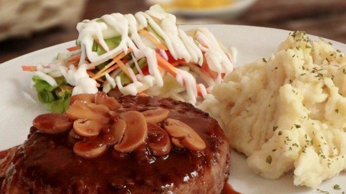 Steak Burger, disajikan bersama saus mashed potato alias kentang ditumbuk halus.