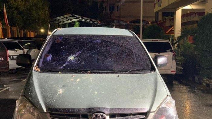 Mobil anggota DPRD Kota Pekanbaru, Ida Yulita Susanti, rusak akibat diserang orang tak dikenal di Jalan Arifin Achmad, Kota Pekanbaru, Riau, Rabu (1/9/2021).(KOMPAS.com/IDON)