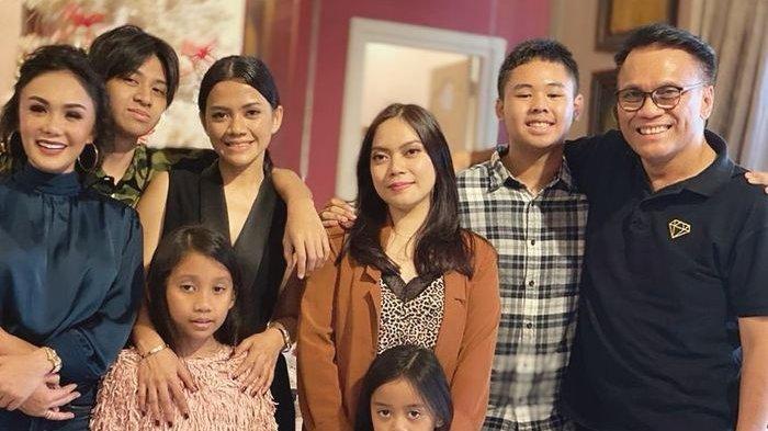 Momen kebersamaan Yuni Shara dengan mantan suami (paling kanan) Henry Siahaan, bersama anak-anak saat silahturahmi menjelang Natal