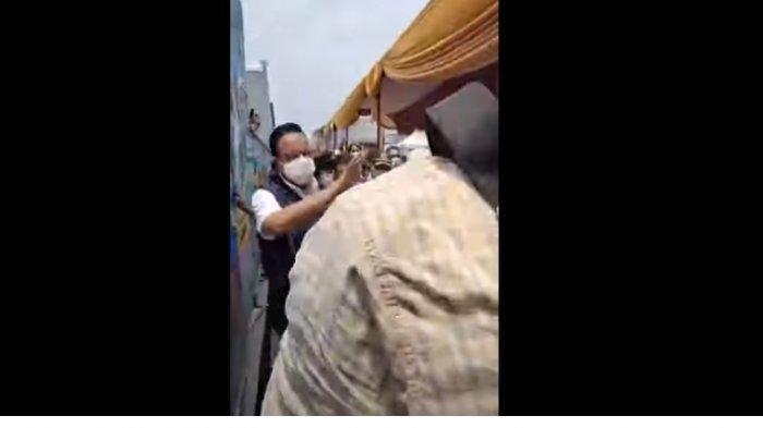 Momen saat Gubernur DKI Jakarta Anies Baswedan tercebur got.