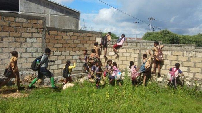 Kisah Perjuangan Murid SD di Kupang, Panjat Tembok 4 Meter Agar Sampai ke Sekolah, Kepsek Buka Suara