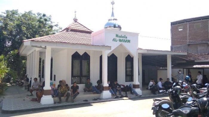 Tunggu Putusan Hakim, Keluarga Qidam Bertahan di Pengadilan Negeri Palu