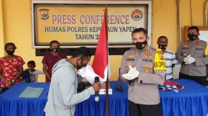Komandan KKB Papua Akhirnya Menyerahkan Diri, Cium Bendera Merah Putih di Depan Polisi