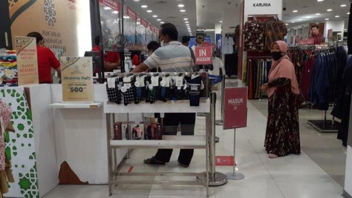 Jelang Idulfitri, Toko Pakaian Palu Grand Mall Dipadati Pengunjung