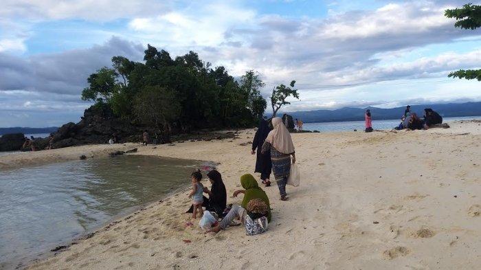 Wisata Pantai Bambahano di Desa Sabang, Kecamatan Dampelas Kabupaten Donggala, Sulawesi Tengah, Kamis (13/5/2021) sore.