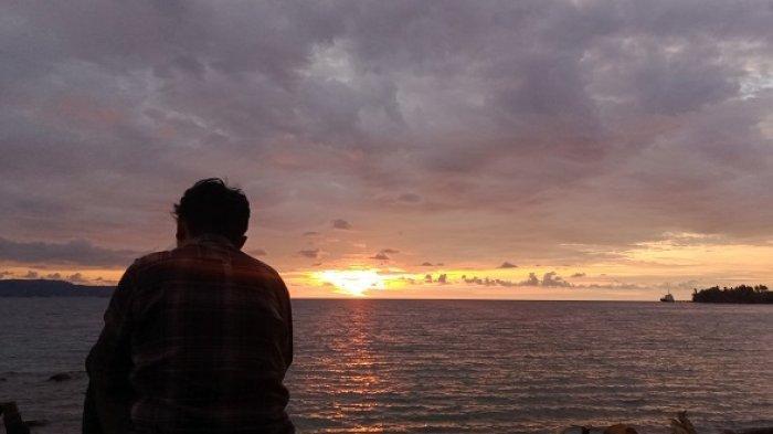 Menyaksinkan Matahari Terbenam dari Bibir Pantai Salumbone Donggala