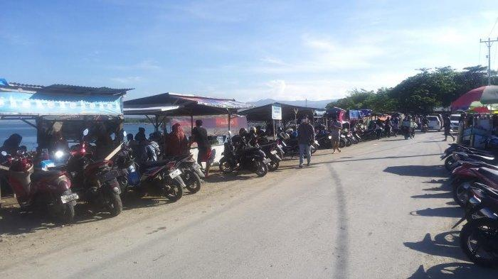 Pedangan kaki lima di Pantai Talise di Kelurahan Talise, Kecamatan Mantikilore, Kota Palu, Sulawesi Tengah, Minggu (21/3/2021).