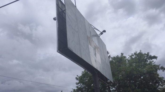 Waspada, Papan Reklame di Jl Moh Yamin Palu Goyang Diterpa Angin