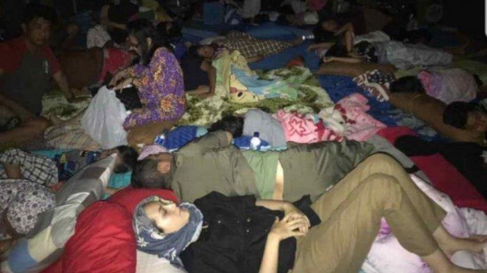 Pasha Ungu bersama Istrinya, Adelia Wilhelmina tidur di tenda pengungsian bersama warga