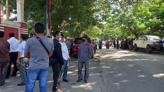 Pelantikan Bupati Morut dan Touna: Jalan Depan Gedung Pogombo Kantor Gubernur Dipadati Simpatisan