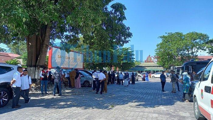 Begini Suasana Pendukung di Luar Gedung Pogombo Saat Pelantikan Bupati Banggai Terpilih
