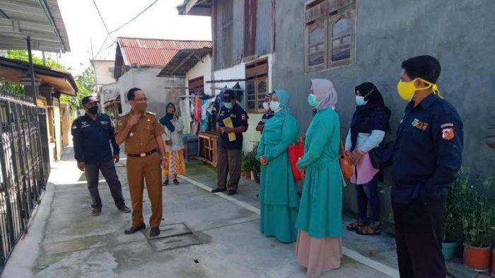 Satuan Tugas (Satgas K5) Kelurahan Lolu Selatan mendampingi Tim Tracer Puskesmas Birobuli dalam pemantauan sekaligus pemasangan label rumah pasien isolasi mandiri.