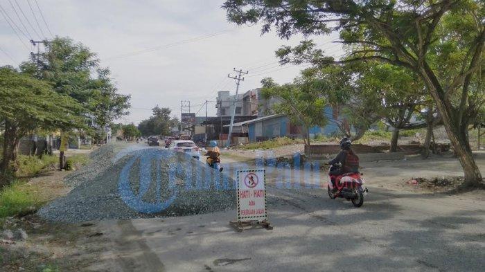 Ada Pemeliharaan Jalan, Tumpukan Batu Krikil Persempit Jl Dewi Sartika Palu