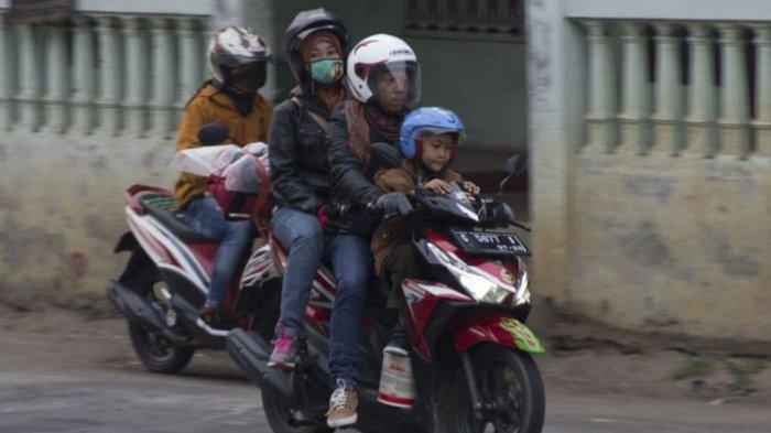 Bonceng Dua Penumpang di Sepeda Motor Berpotensi Tilang Rp 250 Ribu, Anak-anak Duduk Depan Termasuk!