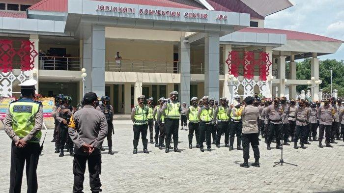 Polda Sulteng menerjunkan 142 personel gabungan untuk berjaga di luar Gedung Jodjokodi Convention Center (JCC) Jl Moh Yamin, Kelurahan Lolu Selatan Kecamatan Palu Selatan, Kota Palu, Jumat (26/2/2021).