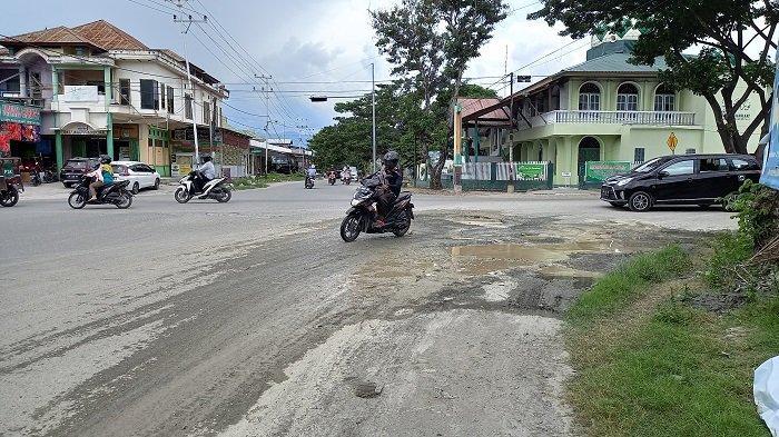 Persimpangan Jl Sis Aljufri - Jl Danau Talaga Tergenang Air: Ancam Keselamatan Pengendara
