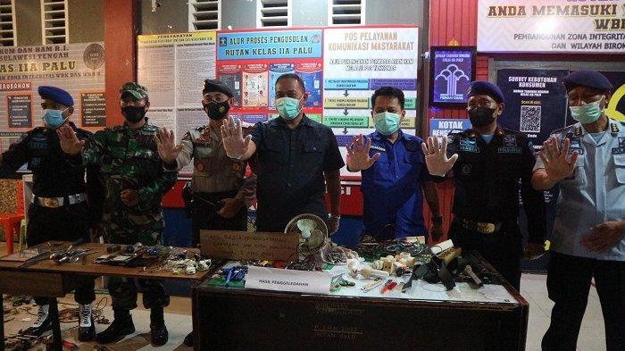Kakanwil Kemenkumham Sulawesi Tengah, Lilik Sujandi bersama Kepala BNN Palu dan Kepala Rutan Palu memperlihatkan barang-barang hasil sitaan penggeledahan di Rutan Palu.