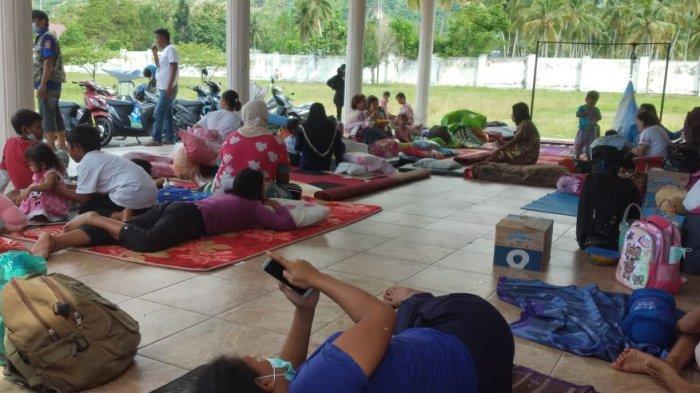 Kondisi pengungsi di pekarangan Rumah Jabatan (Rujab) Bupati Tojo Una-una, Kelurahan Uemalingku, Kecamatan Ratolindo, Sulawesi Tengah, Kamis (26/8/2021).