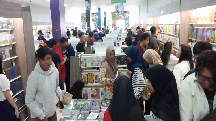 Gramedia Berikan Diskon dan Hadiah Besar di Hari Pertama Buka, Warga Rela Antre untuk Beli Buku