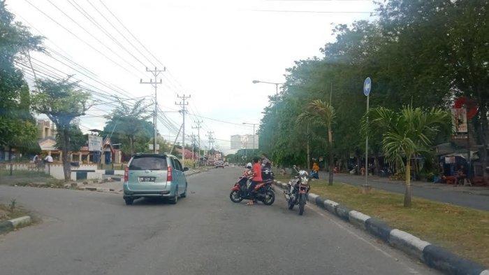 Billboard Nyaris Roboh, Jl Moh Yamin Palu Ditutup Sementara