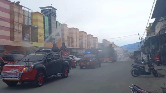 Jelang Peringatan HUT Bhayangkara ke-75, Polda Sulteng Semprotkan Cairan Disinfektan di Kota Palu