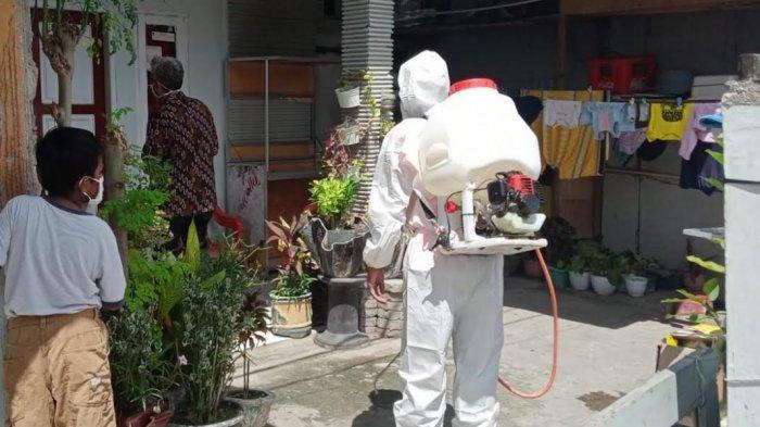Lurah Lolu Utara Palu Gencarkan Penyemprotan Disinfektan di Rumah Warga