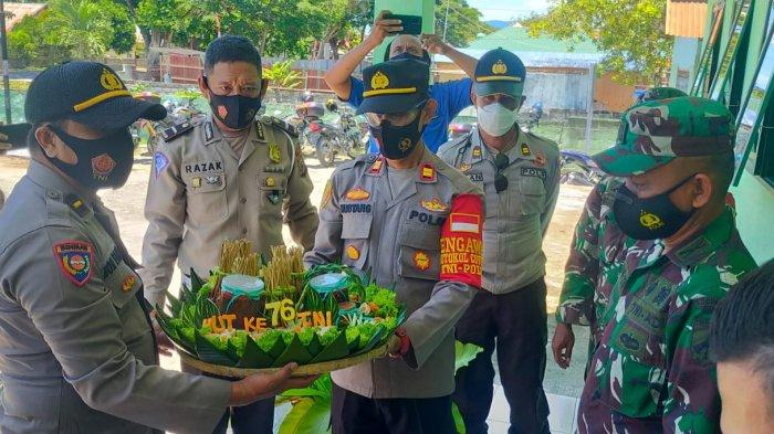 Kapolsek Palu Utara Berikan Ucapan HUT Ke-76 TNI di Mako Koramil Tawaeli