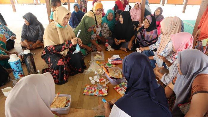 Penyintas Bencana di Kabupaten Sigi Dilatih Membuat Makanan Olahan Cokelat