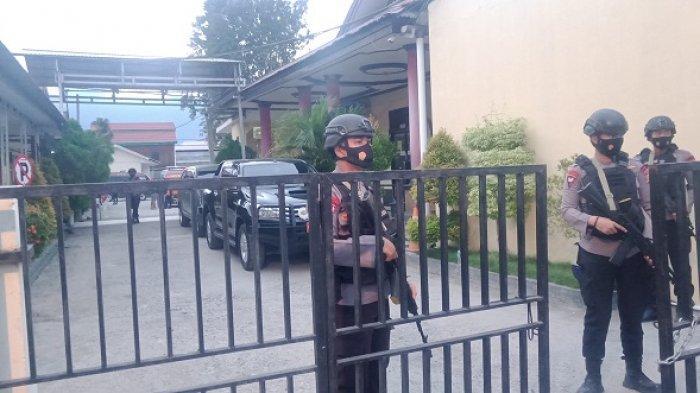 Jenazah Rekannya Tiba, Brimob Bersenjata Lengkap Bersiaga di RS Bhayangkara