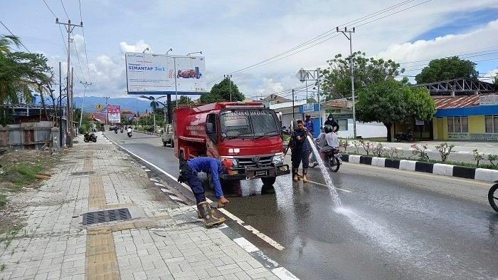 Damkar Palu Bersihkan Material di Jalan Utama Menuju Bandara Mutiara Sis Aljufri