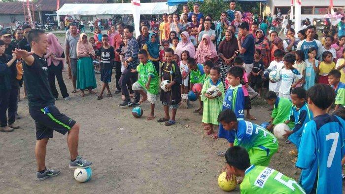 Dua Pemain Bola asal Jepang Hibur Anak Penyintas di Donggala,Bermain Bola Bersama dan Bagikan Jersey