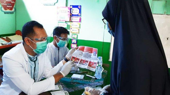 Panitia di TPS 18 Ambarketawang, Sleman, Yogyakarta mengengakan seragam tenaga kesehatan, Rabu (9/12/2020) sebagai wujud dukungan terhadap tenaga medis.